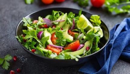 С креветками и томатами: 4 полезных и простых в приготовлении салата из авокадо