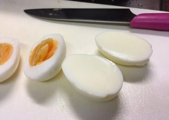 А где желток? Женщина купила у фермеров на базаре куриные яйца, а дома обнаружила, что некоторые состоят только из белка: фото