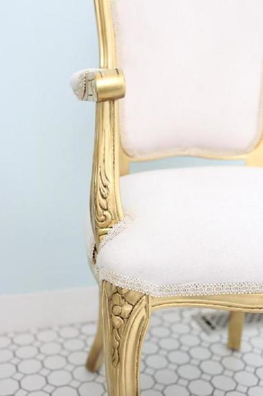 Простое преображение старого французского стула в гламурную мебель