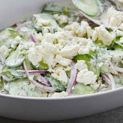 Весной всегда делаю салат из свежих огурцов и сыра фета. Он очень сочный