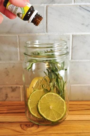 Делаем натуральный репеллент из цитрусовых и свечки: он отпугнет насекомых и не навредит здоровью