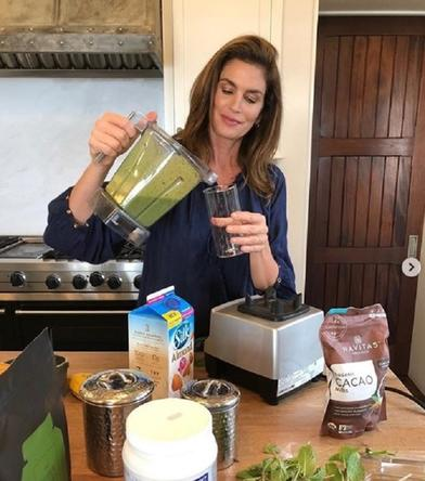 Начните свой день со вкусного и полезного смузи по рецепту Синди Кроуфорд