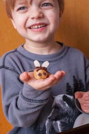 Своим детям часто готовлю полезный перекус  пчелки  с арахисовым маслом: простой рецепт