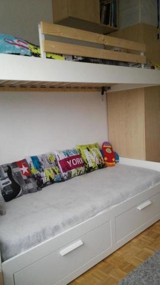 Муж сам сделал в детской подвесную кровать и лестницу с полками для нее: получилось очень практично и экономно, а дети в восторге