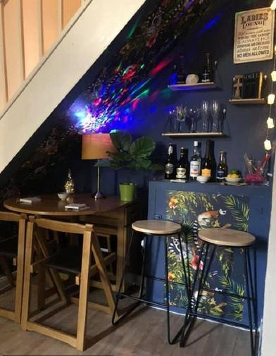 Мать-одиночка, потерявшая работу из-за COVID-19, не скучает: женщина превратила пространство под лестницей в модный бар