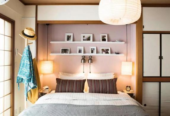 Как не захламить маленькую комнату?  Мыслите вертикально , вкладывайте в многофункциональную мебель и еще пара советов