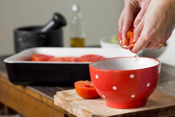 Фарширую помидоры хлебными крошками и зеленью, потом запекаю в духовке. Получается сочное и вкусное блюдо
