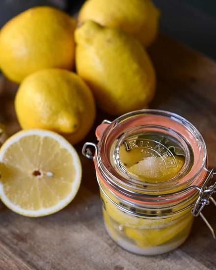 Раньше я выбрасывала ненужные части лимонов, но со временем научилась их использовать: например, из корки можно сделать порошок