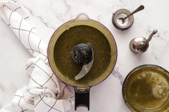 Готовлю необычный и вкусный салат из портулака, козьего сыра и маринованной клубники. Рецепт полезного блюда