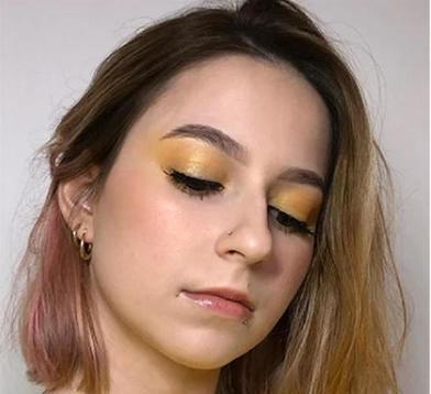 Добавить желтый цвет в повседневный образ просто: я сделала акцент на глазах и на ногтях
