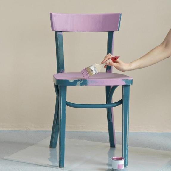 Женщина поделилась лайфхаком для предотвращения высыхания краски на малярной кисти. Люди назвали ее идею гениальной