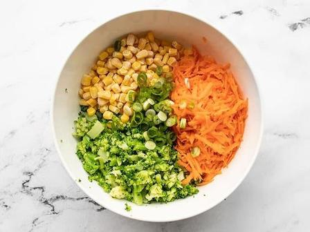 Я тебя слепила из того, что было. Готовлю овощные оладушки из остатков еды и подаю с острым соусом