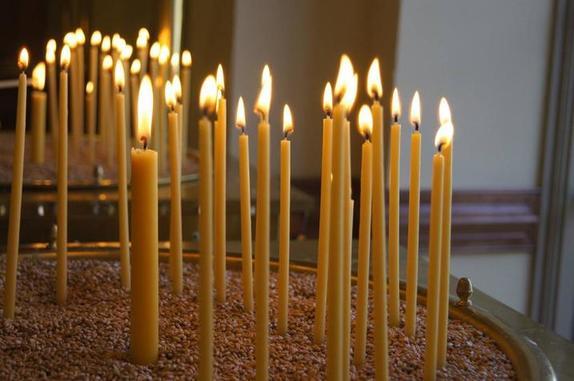 Ставим дома свечи возле икон. Однако до конца они не догорают. Священники объясняют, что с ними можно сделать