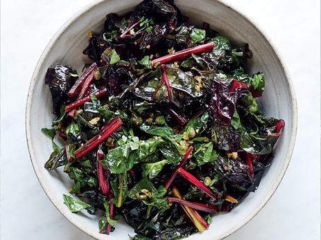 Никогда не выбрасываю листья свеклы. Готовлю из них энергетический салат или просто жарю с чесноком