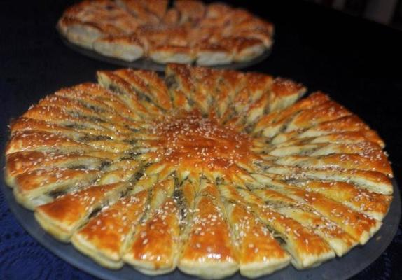 Мясной пирог  Пряное солнышко : сытная начинка в хрустящем слоеном тесте