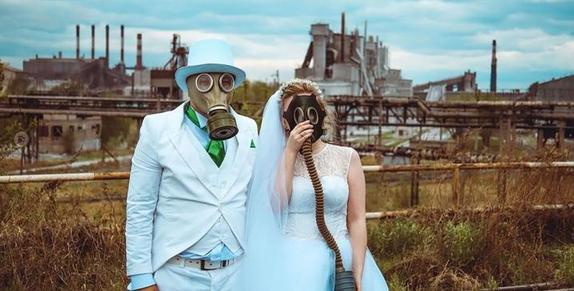 Новые элементы в одежде, которые появились благодаря коронавирусу: подборка самых выдающихся нарядов этой весны