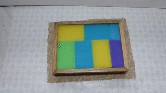 Из двух деревянных рамок я сделала красивый органайзер для сережек: теперь они не потеряются, и выбирать очень удобно