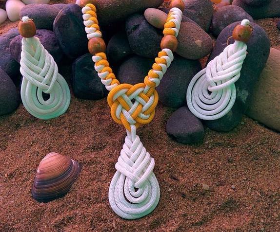 Подготовку к пляжному сезону решила начать с украшений: из обычных шнурков смастерила ожерелье и стильные серьги