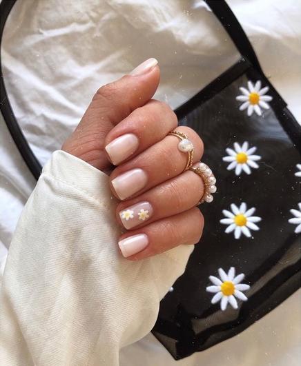 Белое и желтое - свежее сочетание для лета: дизайнеры рекомендуют маникюр с ромашками