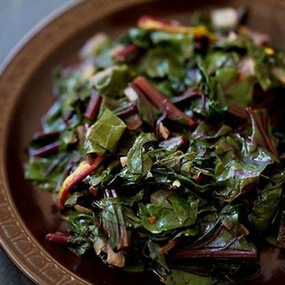 Недавно узнала о пользе свекольной ботвы: готовлю из нее салат и тушу с чесноком (рецепты)