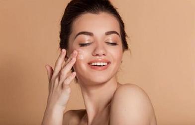 С помощью бронзера и пудры возможно нанести румяна даже на кожу с акне