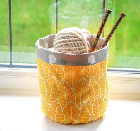 Из кусочков ткани решила смастерить милое  ведерко  для пряжи, спиц и различных мелочей: делюсь простой инструкцией