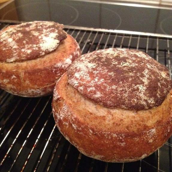 Наваристые домашние супы я подаю в горшочках из хлеба, которые пеку сама: это очень вкусно и украсит даже праздничный ужин