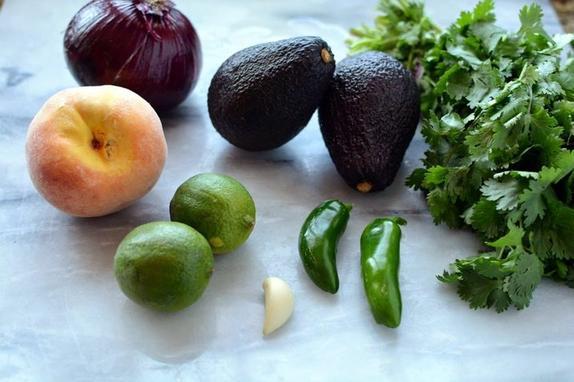 Лепешки с жареным лососем, кориандром и фруктами: моя семья часто просит приготовить такое блюдо