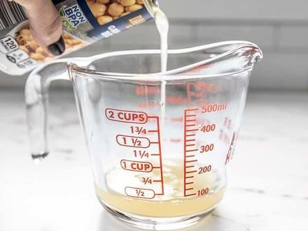 Не выливаю воду из-под консервированной фасоли или горошка. Добавляю специи и овес и получаю хрустящую гранолу