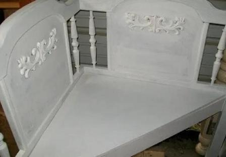 Сделали симпатичную угловую скамейку из изголовья старой кровати: теперь она красуется на нашей террасе