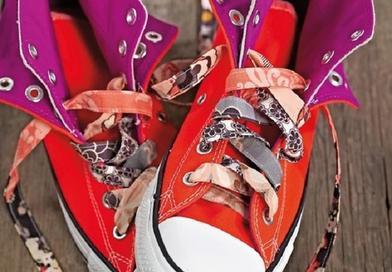 Магазинные шнурки постоянно рвутся, поэтому я научилась делать самодельные из обрезков ткани: не сложнее, чем оригами