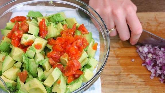 Если в доме намечается вечеринка, я готовлю быструю закуску из авокадо, помидоров и начос: получается очень вкусно, дешево и сытно