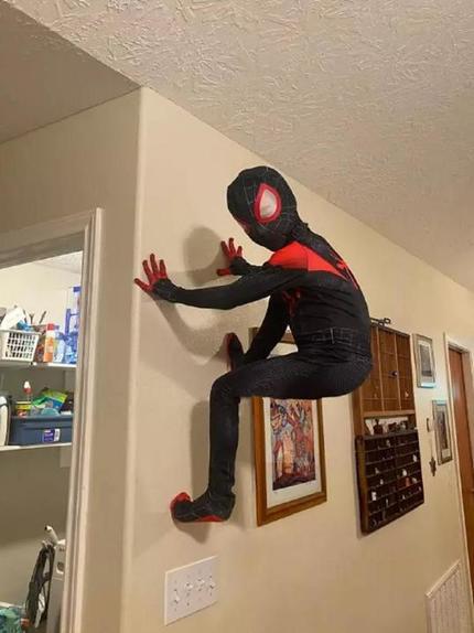 Папа отфотошопил снимки сына, чтобы помочь ему стать настоящим человеком-пауком