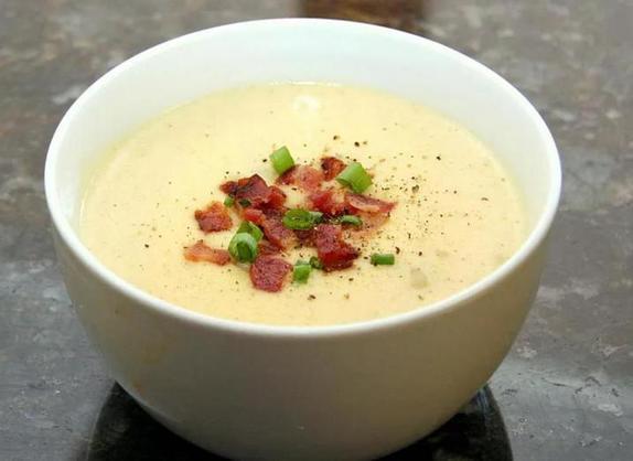 Кладу в суп запеченную картошку, бекон и сыр. Даже муж, который не признает супы, просит добавки