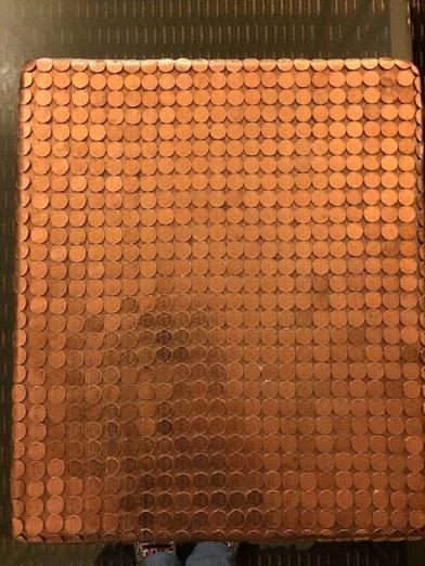 Нашла старый деревянный столик, обклеила его монетками: гости в восторге от результата