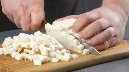 Приходится повозиться, но блюдо того стоит: картофельные крокеты, завернутые в мясной фарш с кусочками хлеба