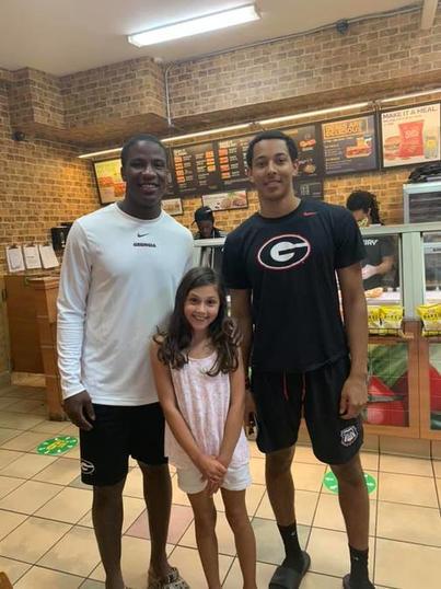 Мама девочки благодарна двум футболистам, выручившим их в кафе
