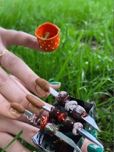 Маникюрный салон в России представил новый дизайн: мангал с шашлыками прямо на ногтях (фото)