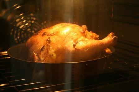 Сложности ни к чему. Знакомый шеф-повар рассказал о нескольких простых способах подготовки курицы к запеканию