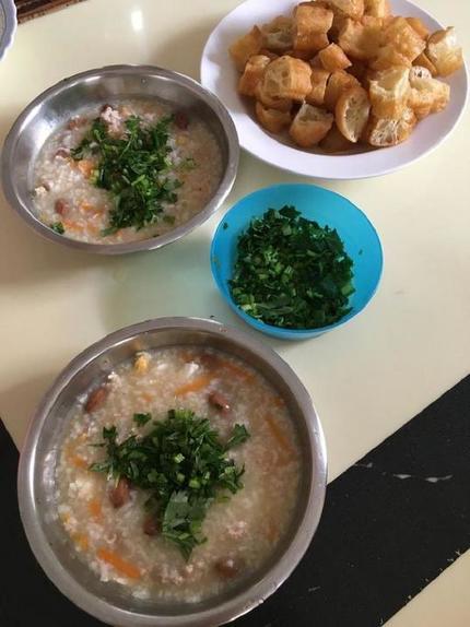 Сытное блюдо по рецепту из Азии: ароматный рис, мясо и арахис