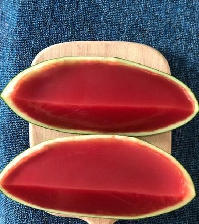Хозяйка подала на стол сочный арбуз: только приглядевшись, гости понял, что это не ягода