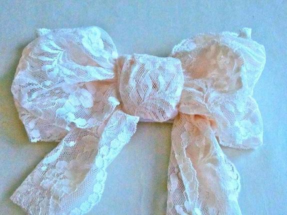 Никаких заколок: из бигуди, кружева и ткани сделала симпатичные украшения для волос