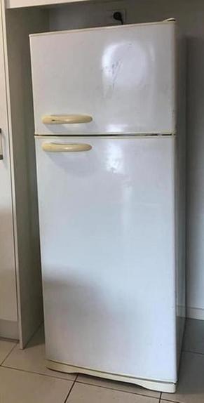 Старый холодильник не подходил к новой кухне, тогда я решила его перекрасить. Получилось дешево и стильно