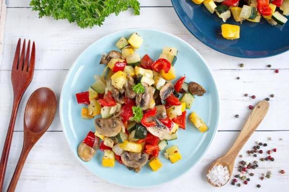Даже не думала, что простые овощи могут быть такими вкусными. Запекаю перец, кабачок и грибы со специями и маслом
