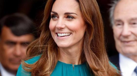 Эксперт по королевскому этикету рассказал, как Кейт Миддлтон удается «маскировать» бретельки бюстгальтера