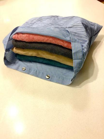 Из старой одежды я сделала аккуратные мешочки: в них я убираю зимнюю одежду или собираю вещи в чемодан