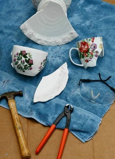 Разбила старую посуду: получились горшочки для цветов всем на зависть (фото)