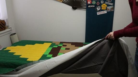 Сшитую из обрезков стеганую простыню решила превратить в утяжеленное одеяло: расчитала вес и начала засыпать наполнитель