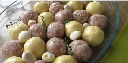 Дети обожают мои запеченные картофельные клецки с фрикадельками и чесночком: рецепт сытного блюда