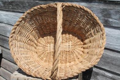 Взяла старую корзину и «искупала» ее в растворе: теперь это стильная ваза для растений